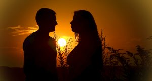 couple-love-sunset-silhouettes-160764